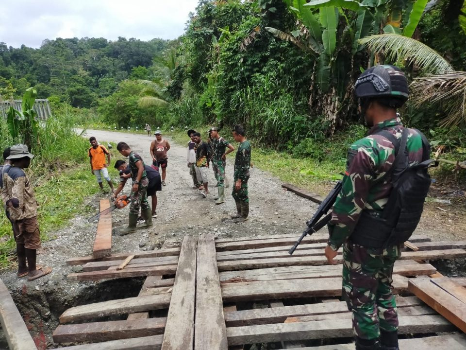 Satgas Yonif 403/WP Bersama Warga Bangun Jembatan Kayu di Jalur Trans Papua Pasca Longsor