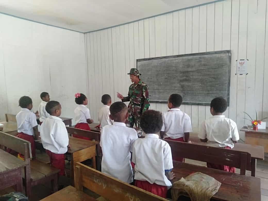 Tanamkan Rasa Bangga Budaya Indonesia, Satgas Yonif 403 Berikan Materi Seni Budaya di SD Perbatasan