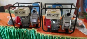 Bantu Petani Perbatasan, Satgas Yonif 742 Serahkan Dua Unit Mesin Air