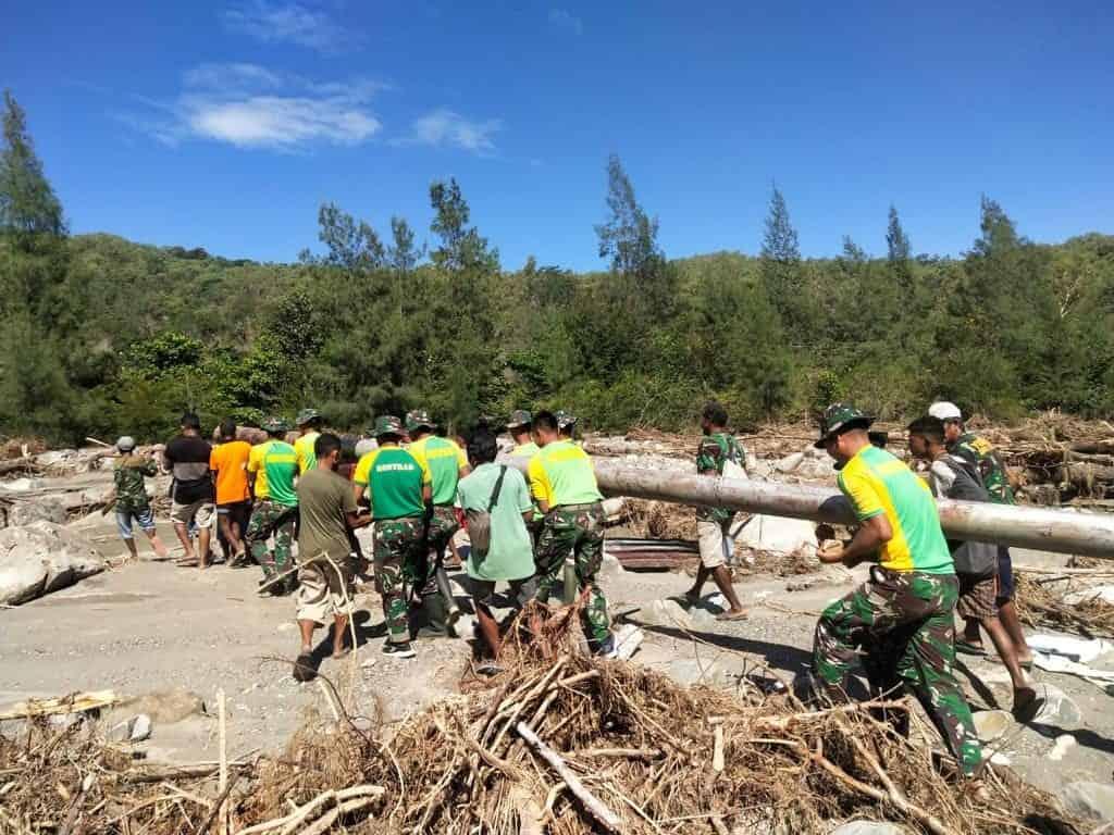 Rusak Karena Banjir Bandang, Satgas Yonarmed 6/3 Bantu Perbaiki Saluran Irigasi Desa Netemnamu