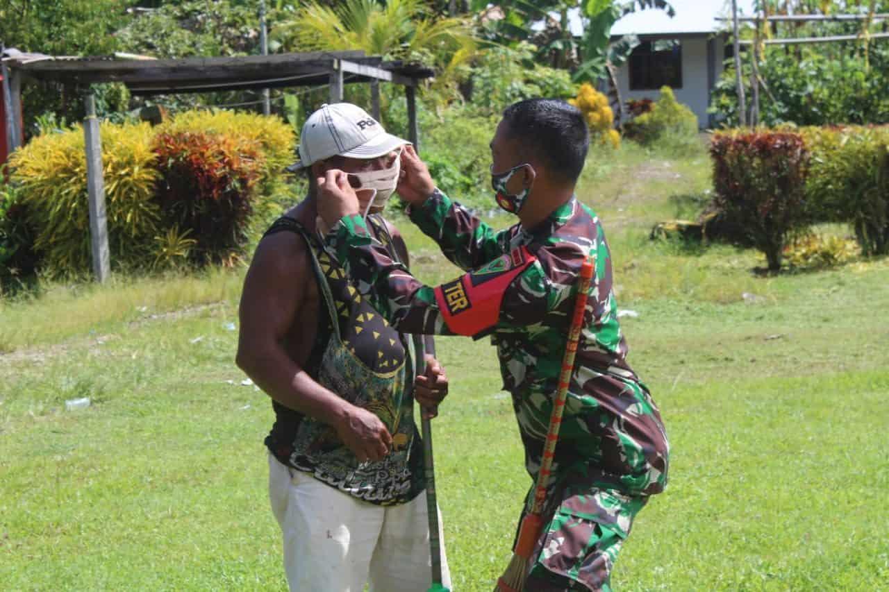 Satgas Yonif 403 Gelar Pengobatan Dan Pembagian Masker di Papua