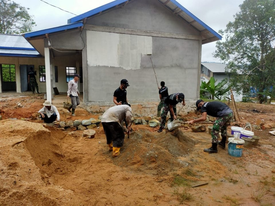 Satgas Yonif 642 Gotong Royong Bersama Warga Bangun WC PAUD Perbatasan