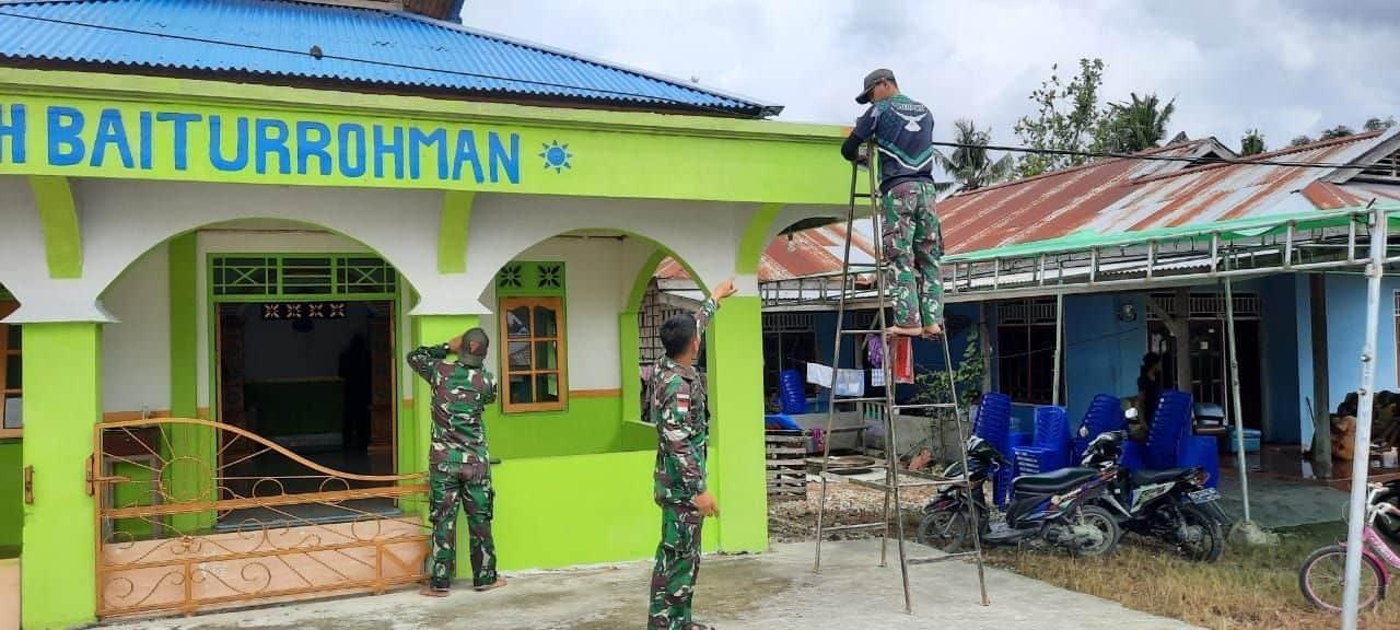 Bulan Ramadhan, Satgas Yonif 131/Brs Bantu Renovasi Musholla di Papua