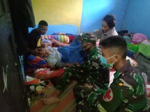 Satgas Yonif 403 Bantu Evakuasi Warga Yang Akan Melahirkan