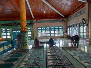 Satgas Yonif 642 Bersama Warga Gotong Royong Bersihkan Masjid di Dusun Entikong