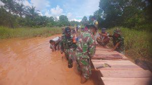 Satgas Yonif 611/ Awang Long Bangun Jembatan Darurat Penghubung Dua Kampung di Papua