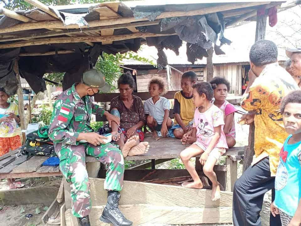 Personel Satgas Yonif 131/Brs Kunjungi Tokoh Masyarakat dan Berikan Layanan Kesehatan di Papua