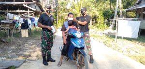 Tingkatkan Disiplin Prokes, Satgas Yonif 642 Bagikan Masker di Perbatasan