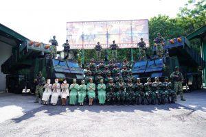 Kunjungi Yonarmed 1/Roket/AY/1/2, Pangdivif 2 Kostrad Ajak Prajuritnya Harumkan Satuan Kostrad