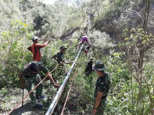 Rusak Tertimpa Pohon, Satgas Yonif 742 Perbaiki Pipa Air Bersih Dusun Fohululik