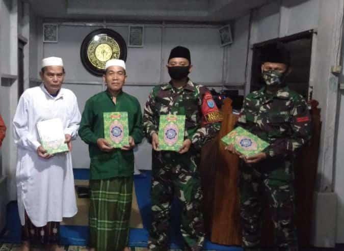 Satgas Yonif 642 Berikan Bantuan Al-Quran Kepada Masjid Perbatasan
