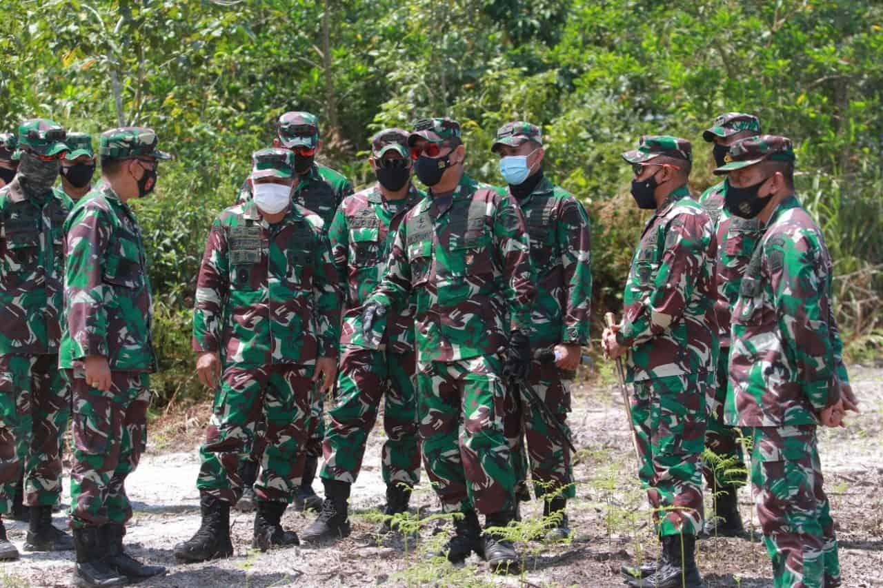 Komandan Kodiklatad tinjau lokasi Pendaratan Pantai dan LFX di Amborawang, Kalimantan Timur.