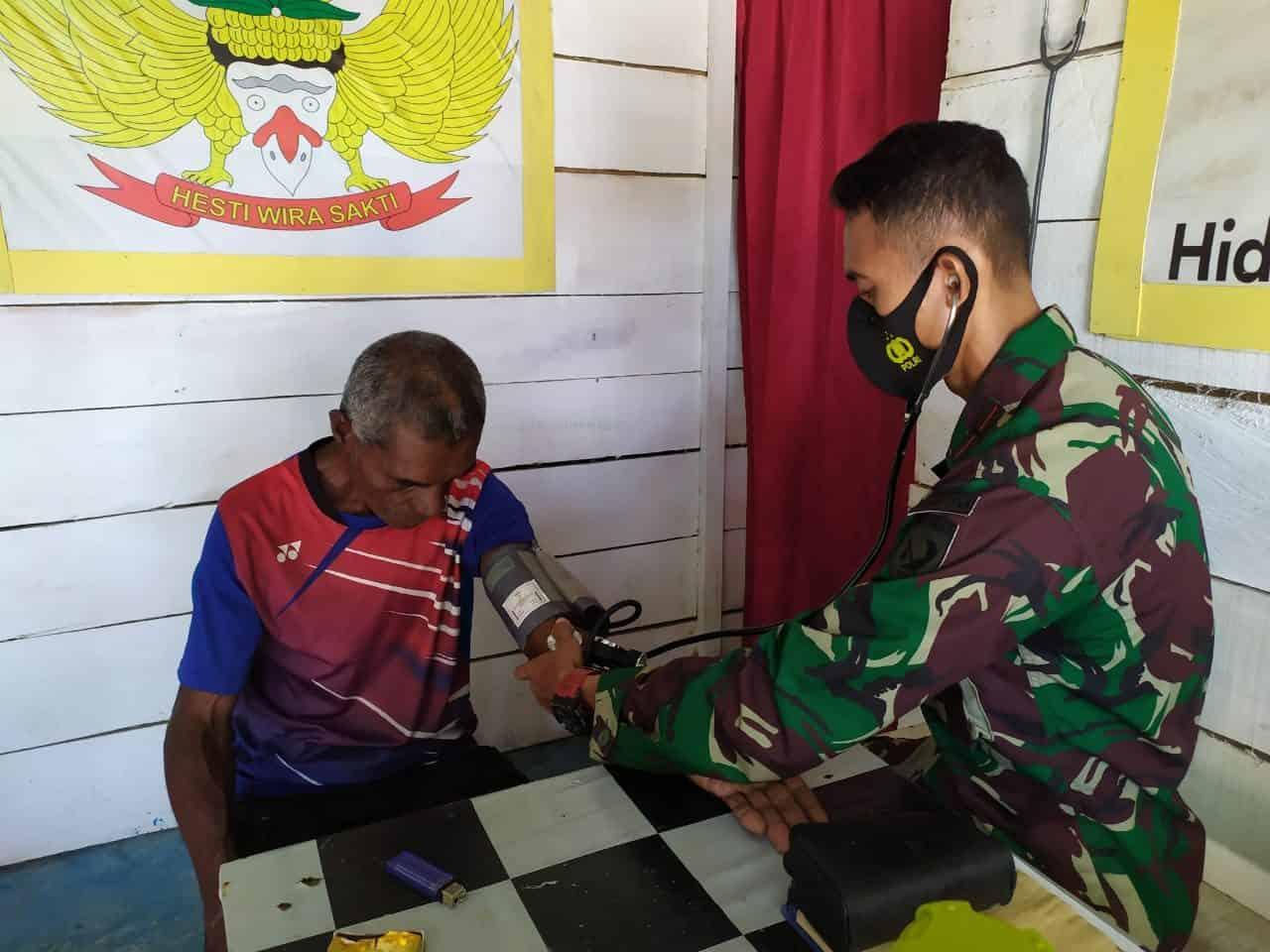 Tingkatkan Kesehatan Warga, Satgas Yonif 734 Buka Pos Yankes di Desa Kairatu