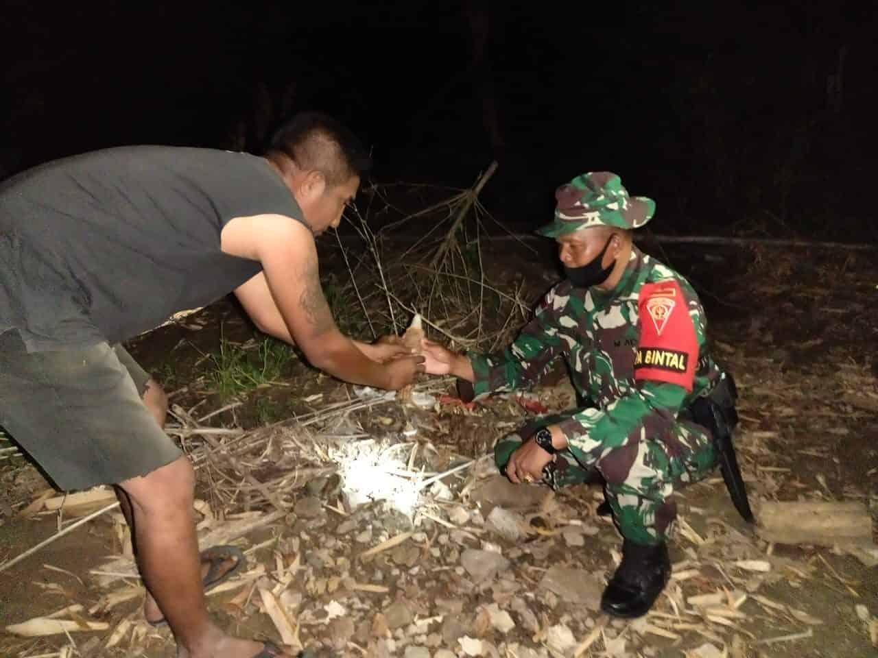 Warga Serahkan Mortir Tampela ke Satgas Yonif 742