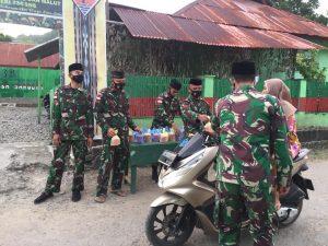 Satgas Yonif 734 Bagikan 150 Takjil Buka Puasa di Desa Luhu