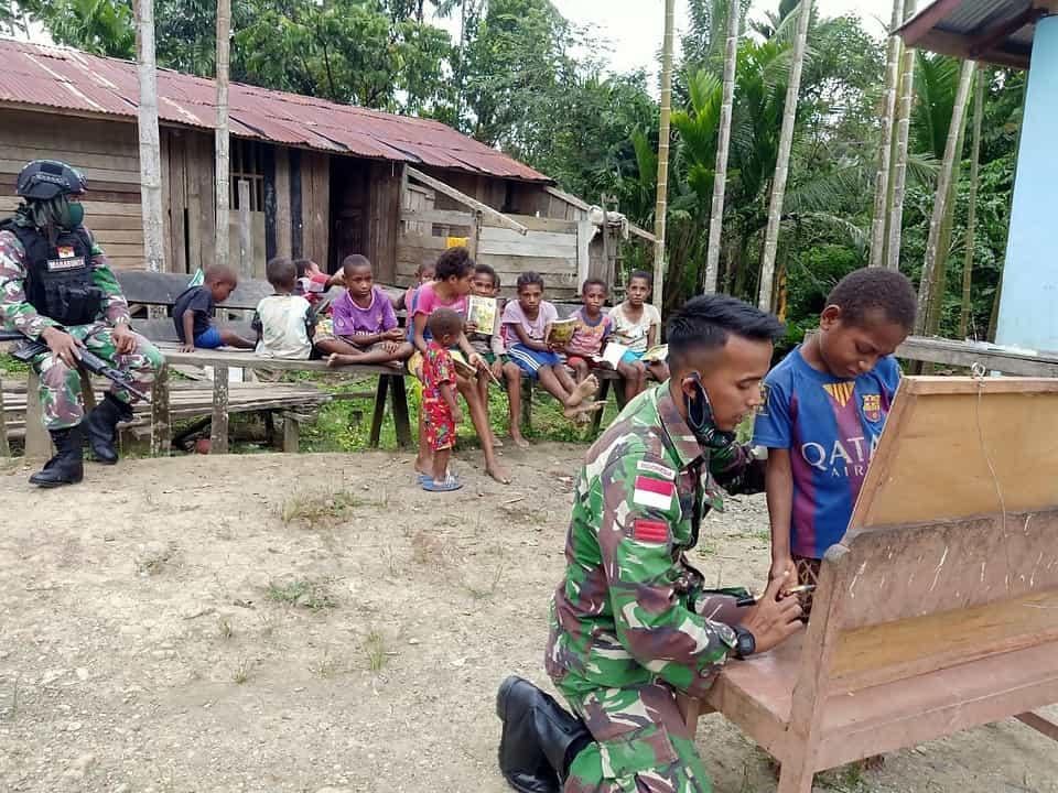 Jaga Semangat Belajar, Satgas Yonif 512 Gelar Bimbel Keliling Kampung Bagi Anak Papua