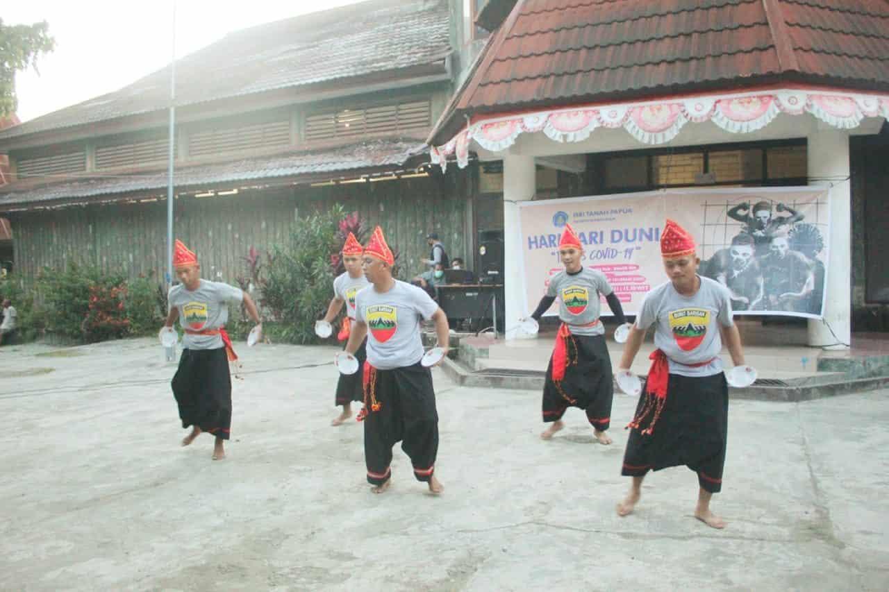 Tampilkan Tari Piring, Satgas Yonif 131 Meriahkan Hari Tari Dunia di Papua