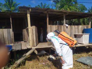 Cegah Penyebaran Malaria, Satgas Yonif 403 Semprotkan IRS Ficam ke Pemukiman Warga