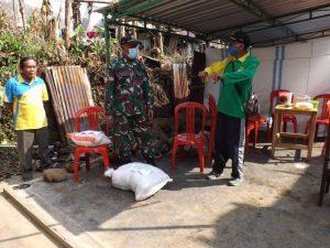Wujud Kepedulian , Danramil Blado Serahkan Bantuan Sembako Kepada Korban Kebakaran