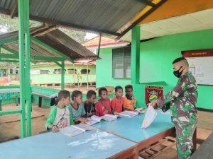Personel Satgas Yonif 611/Awang Long Didik Generasi Penerus di Pedalaman Papua