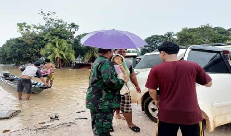 Babinsa Koramil Muara Wahau Bantu Korban Banjir Di Desa Marah Haloq dan Long Melah