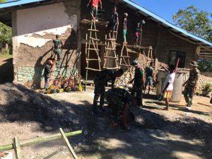 Perbaiki Gereja Arnoldus Yansen, Satgas Yonif 742 Gelar Karya Bakti Di Desa Henes