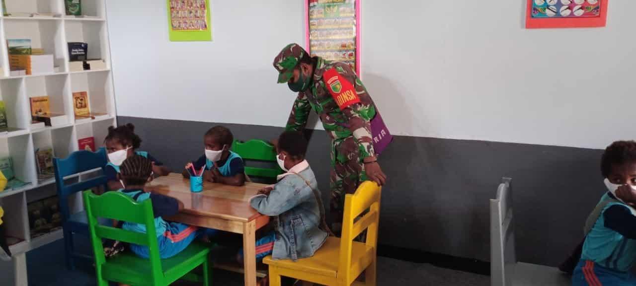 Dukung Program Gemar Membaca, Babinsa Koramil 1703-01/Enarotali Ajar Siswa SD di Taman Bacaan Ibu Hetty Andika Perkasa