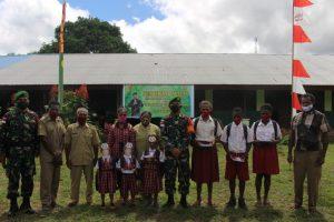 Satgas Yonif 611/AWL Berikan Bantuan Tas Sekolah dan Alat Tulis Siswa di Distrik Ulilin, Papua