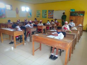 Satgas Yonarmed 6/3 Bantu Pengawasan Ujian di SD Katholik Manusasi