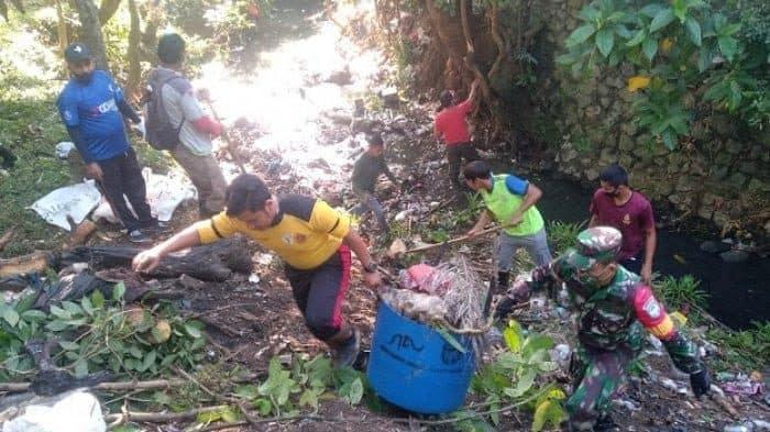 Babinsa Koramil Darul Imarah Bersihkan Sampah di Bantaran Sungai Gampong Leu Ue