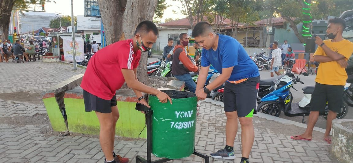 Budayakan Hidup Bersih, Satgas 742 Siapkan Tempat Sampah di Alun-Alun Atambua