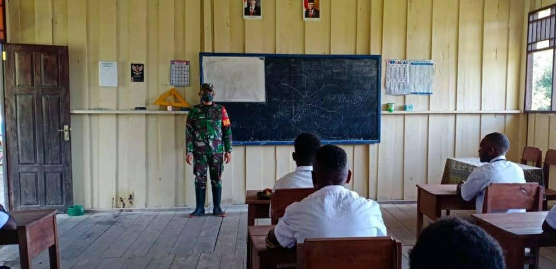 Peduli Pendidikan Anak di Pedalaman Papua, Babinsa Koramil 1710-05/Jila Jadi Tenaga Pendidik