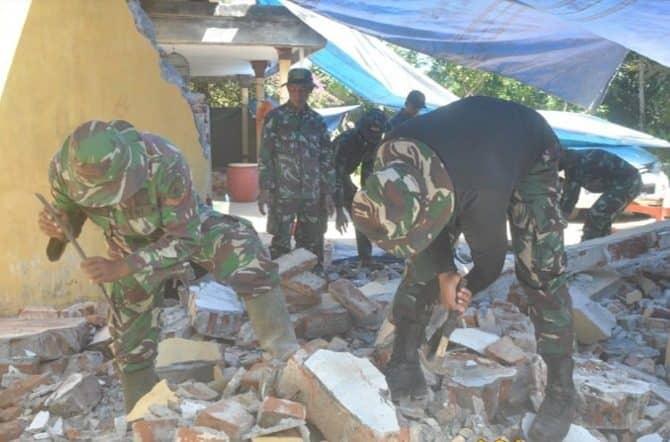Koramil Pronojiwo Bersihkan Puing dan Rehab Rumah Korban Gempa