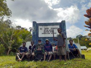 Satgas Yonif 403 Bersama Masyarakat Bersihkan Lingkungan SD Perbatasan
