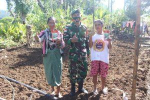 Satgas Yonarmed 6/3 Beri Bantuan Bibit Tanaman Kepada Masyarakat Perbatasan