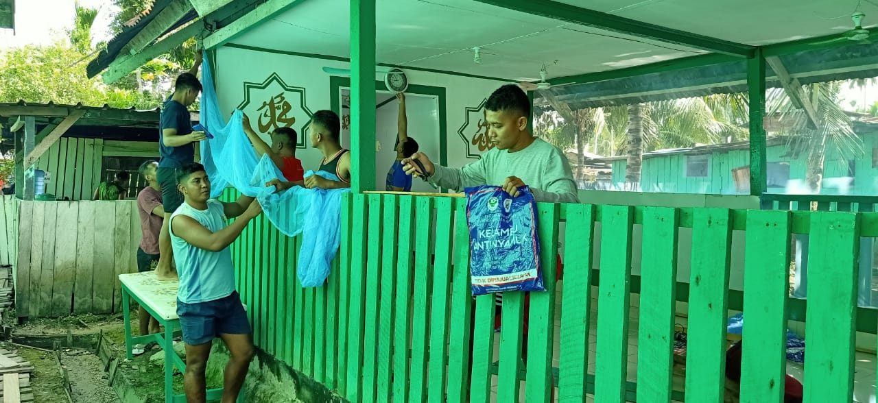 Satgas Yonif 403 Perbaikan Musholla di Kampung Workwana