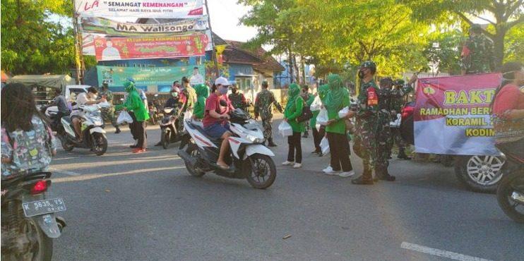 Koramil Tambakromo Bagikan 200 Takjil dan 600 Masker