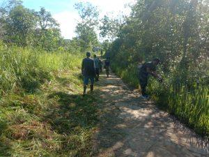 Jaga Kebersihan Lingkungan, Satgas Yonif 642 Bersama Warga Bersihkan Jalan Desa Sentabeng