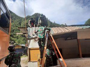 Tunjukan Sikap Toleransi, Satgas Yonif 756 dan Satgas Brimob Perbaiki Gereja di Papua