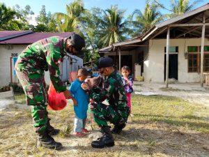 Satgas Yonif 642 Berikan Baju Lebaran Kepada Anak Pebatasan