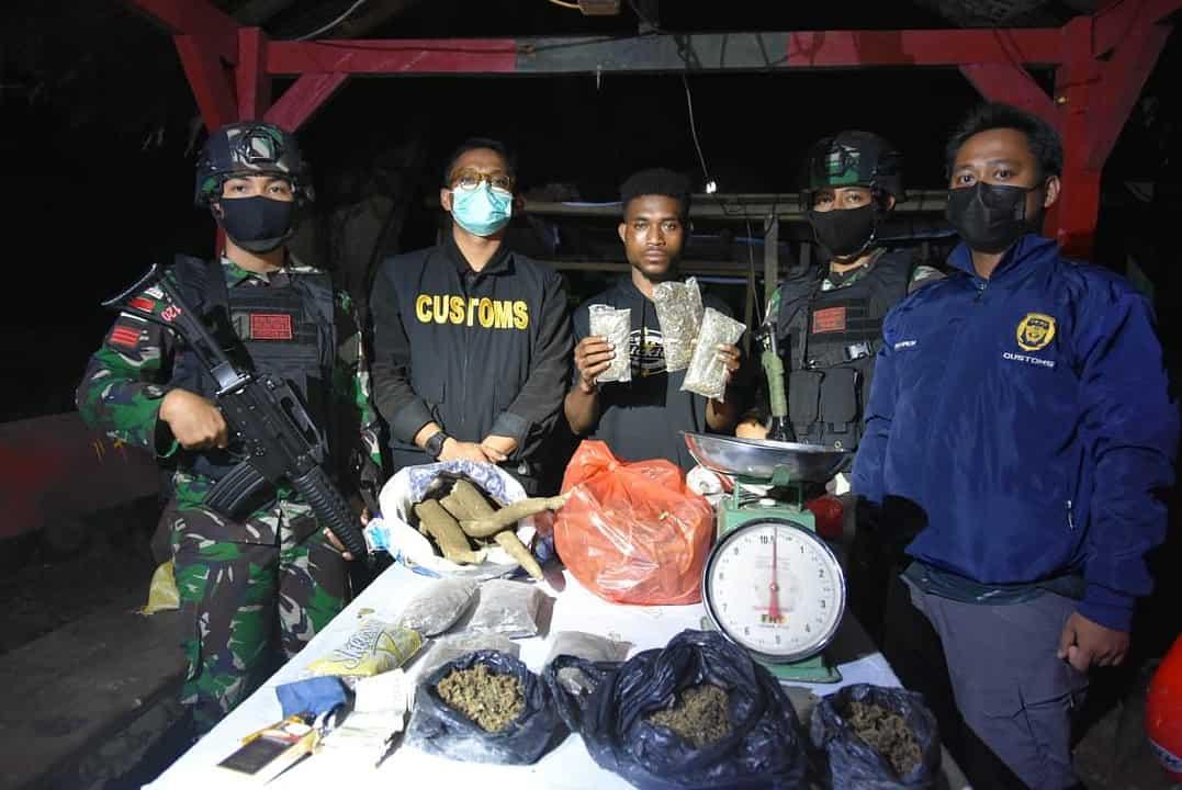 Satgas Yonif 131 dan Bea Cukai Gagalkan Penyelundupan 800 Gram Ganja di Keerom