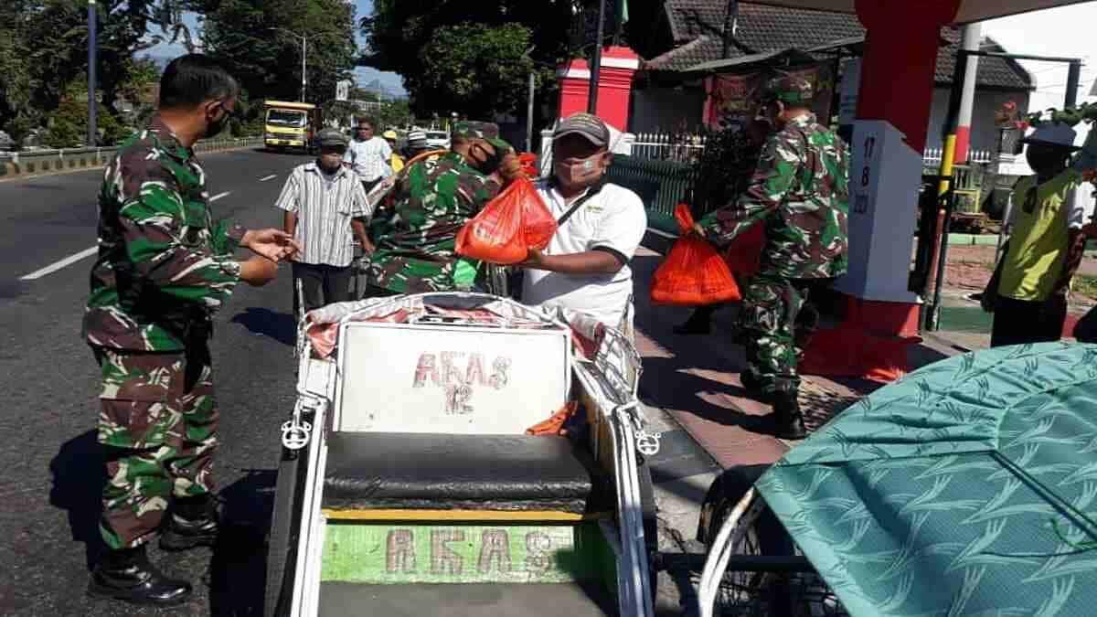 Koramil 0823/01 Kota Situbondo Bagikan Sembako ke Abang Becak