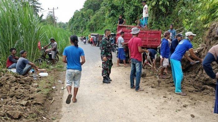 Tertimbun Longsor, Babinsa dan Warga Gotong Royong Bersihkan Jalan Desa Mekar