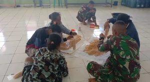 Bantu Ekonomi Warga, Personel Pos Laktutus Ajarkan Cara Pembuatan Tempe