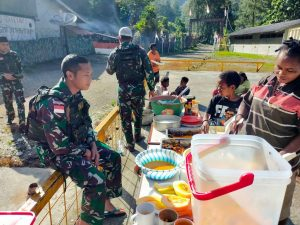 Satgas Yonif 756 Rayakan Idul Fitri Dengan Berbagi Berkah Kepada Masyarakat Banti