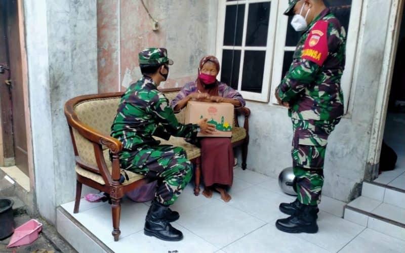 Kodim 0735 Surakarta Berikan Santunan dan Sembako Kepada Nenek Ngatiyah