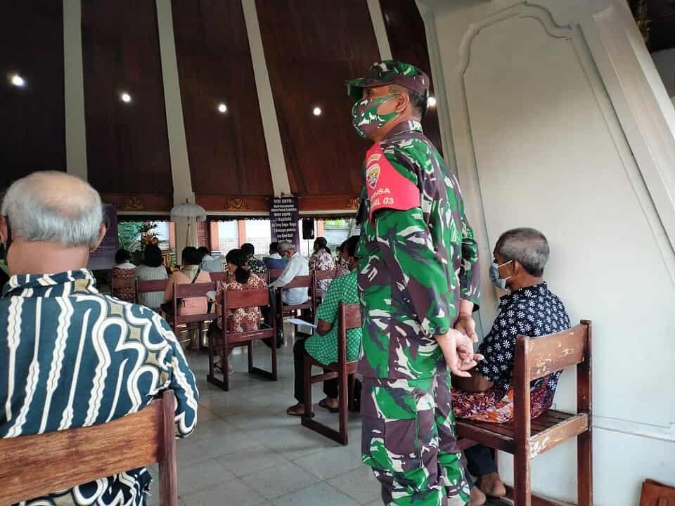 Personel Kodim 1617/Jembrana Ingatkan Jemaat Wajib Patuhi Prokes Saat Ibadah Hari Minggu
