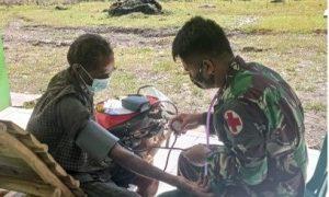 Jaga dan Pelihara Kesehatan Warga, Satgas Yonarmed 6/3 Gelar Yankes di Desa Naekake