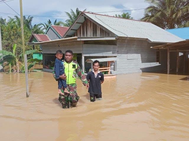 Babinsa Koramil Sambaliung Terus Pantau Banjir di Wilayah Binaannya