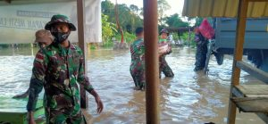Satgas Yonif 614 Bantu Evakuasi Warga Terdampak Banjir di Malinau